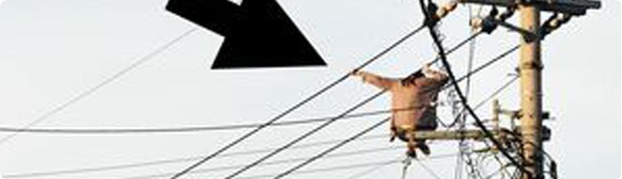 【悲報】女さん、電線にしゃがみ込み一時停電の大騒ぎへ@キニ速